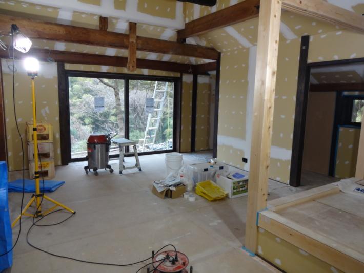工事現場と塗道具