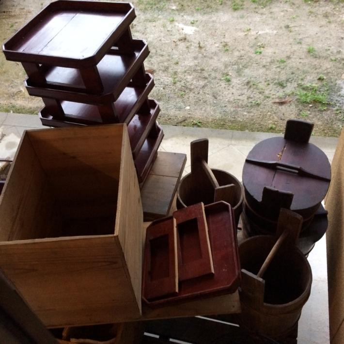 軒下の並べられた古民具