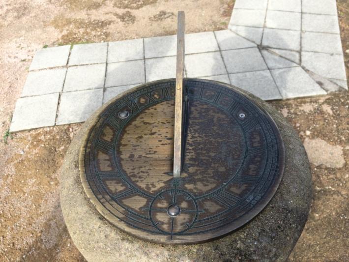 美保関の灯台敷地内の日時計