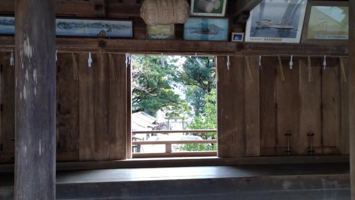 美保神社・表門の大回廊からは参道と海を望めます。