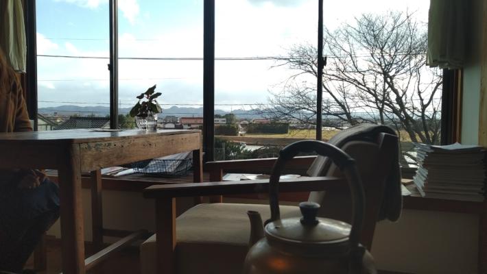 流れる川がみえるカフェの窓辺