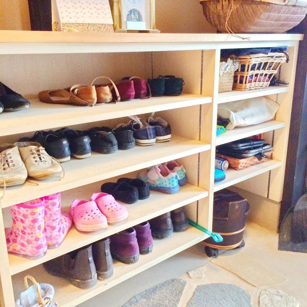 オープン棚。左は靴。右にはおでかけの時の使うものを。