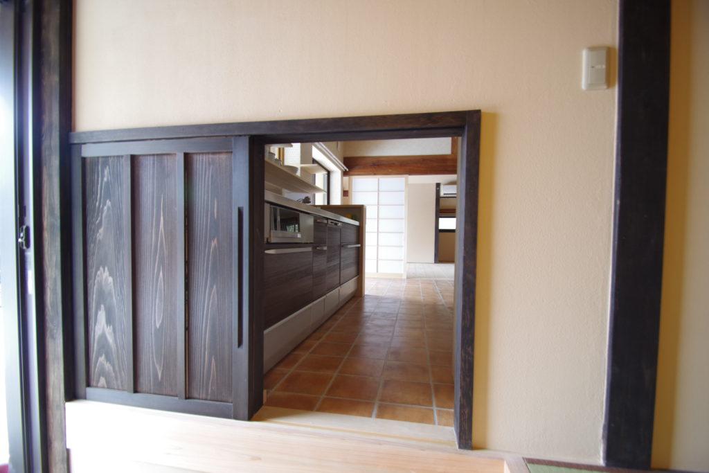 扉を開けてみるとキッチンに直通しています