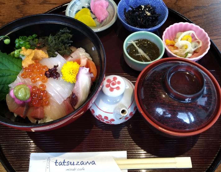 海鮮丼には小鉢やお汁もついてきます
