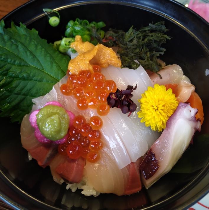 リーズナブルながらウニやイクラも載った海鮮丼