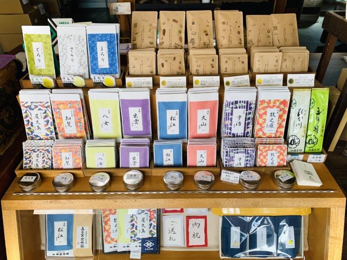 加島茶舗 並ぶお茶パッケージ