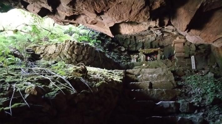 龍頭が滝の雄滝洞窟内にある「滝観音」