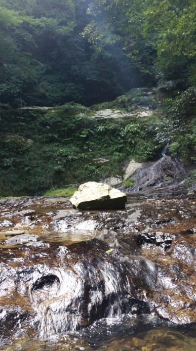 遊歩道沿いの川の中にある岩から撮った龍頭が滝の「雌滝」