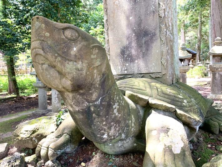 月照寺【松江藩六代藩主宗衍公廟所内の大亀の石碑】