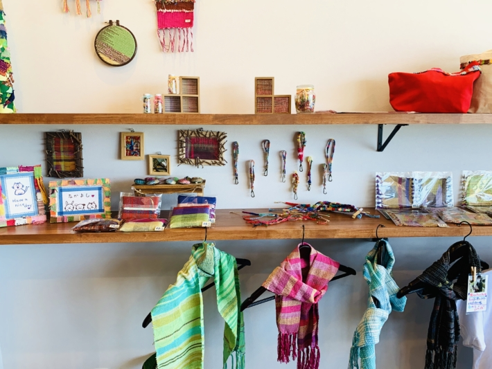 【『カフェすずしろ』内で購入できるさをり織り製品】
