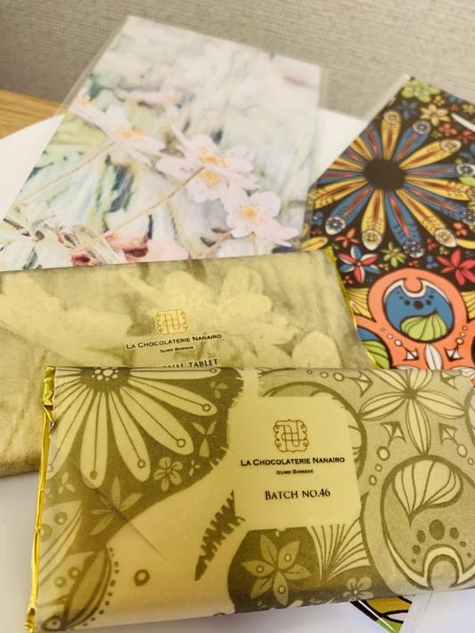 『ラ ショコラトリ ナナイロ』2020冬のミニコレクションNo.46(手前)・2020春のコレクションのシーズニングタブレット(奥)