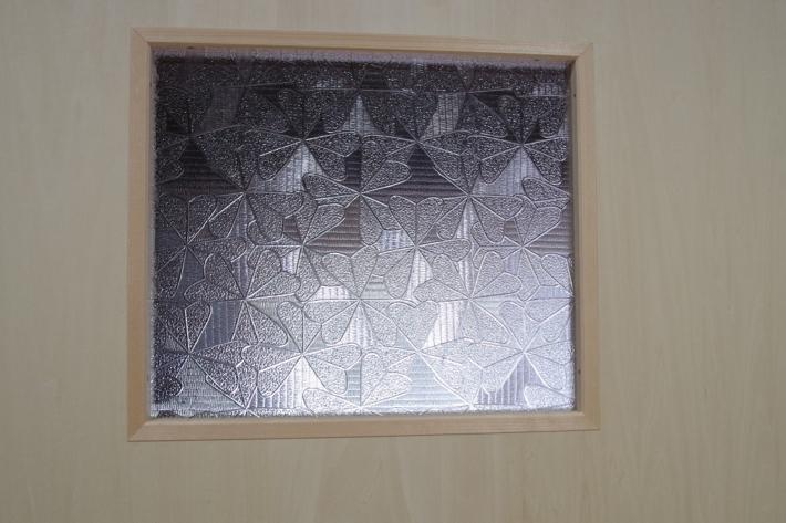 部屋の扉に取り付けられたガラス