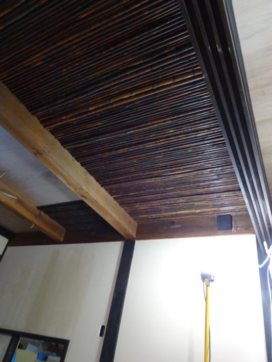 煤竹を貼り付け途中の天井