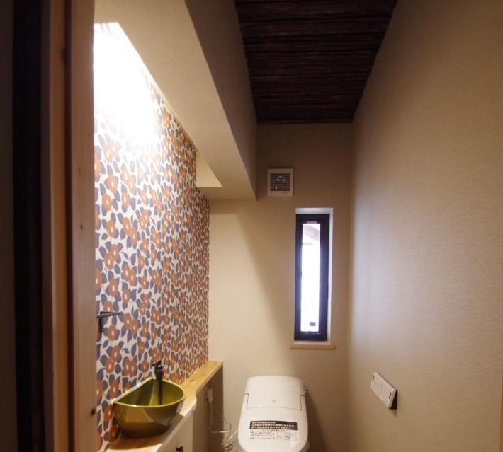 煤竹の貼られた手洗い