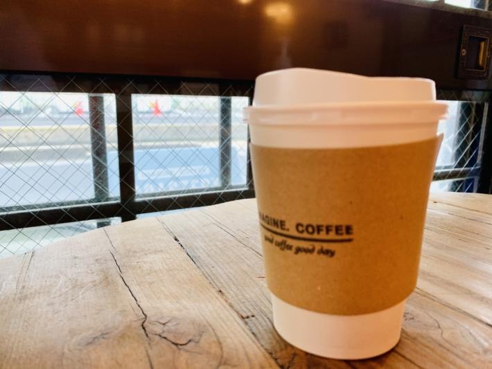 『イマジンコーヒーロースタリー』にて、ホットコーヒーのテイクアウト