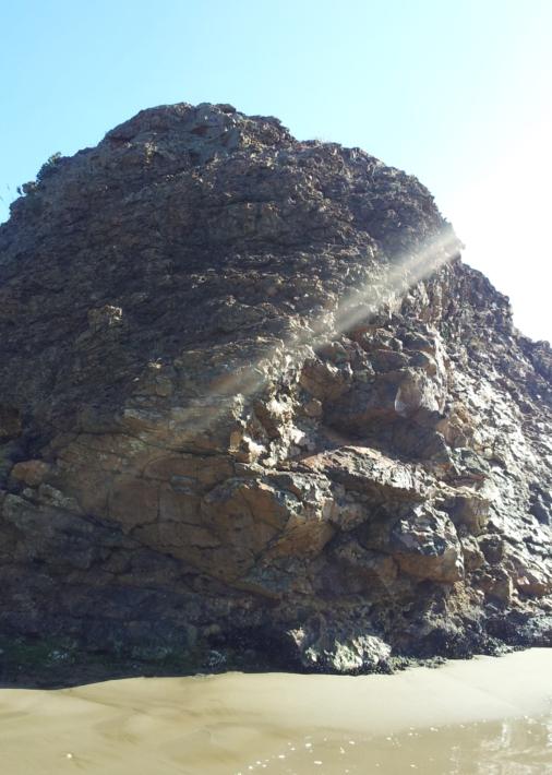 弁天島の岩肌