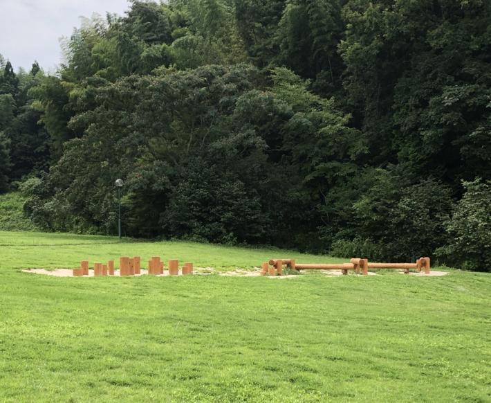 荒神谷史跡公園内・芝生の広場。木の遊具がありました。