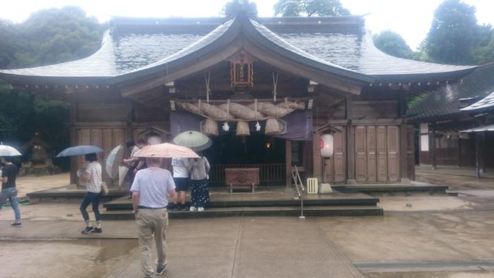 正面の鳥居をくぐり、正面からの『八重垣神社』拝殿
