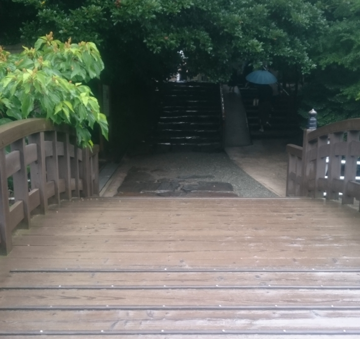 美しい木造の橋