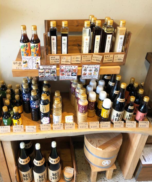 大正屋醤油店内・バラエティ豊かな調味料