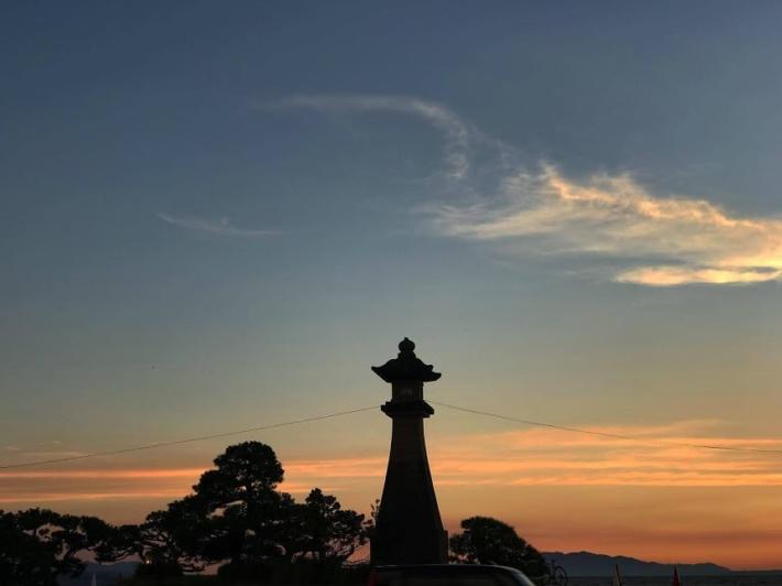 公園には松の木や灯篭が置かれ、和の雰囲気がある(2019年7月31日19時7分)