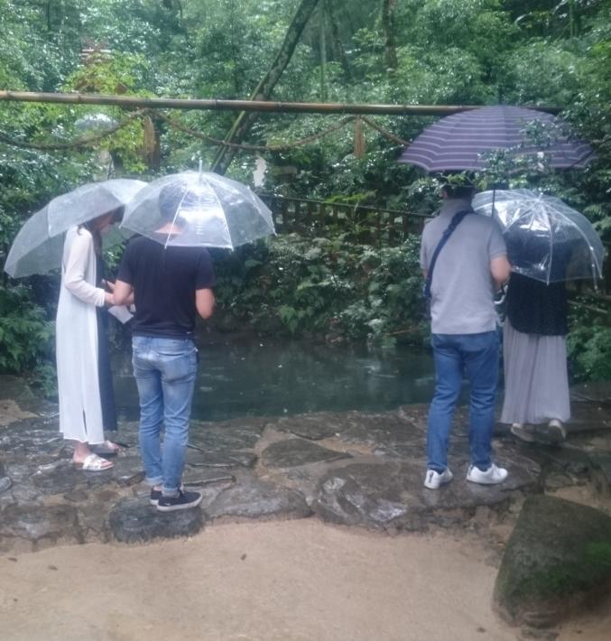 鏡の池の前で順番を待つ人