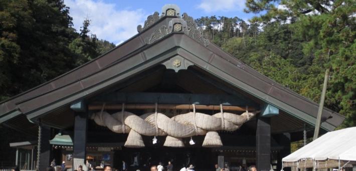 国内最大級といわれる出雲大社神楽殿の大しめ縄