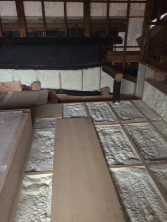 屋根裏の床(つまり居室の天井です)