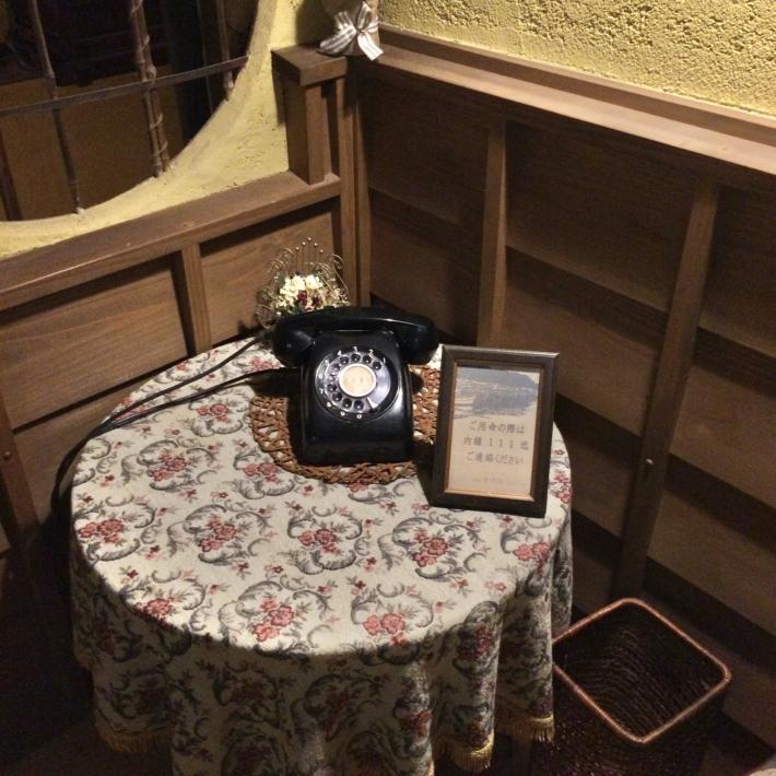 夜の美保館本館内・現役の黒電話