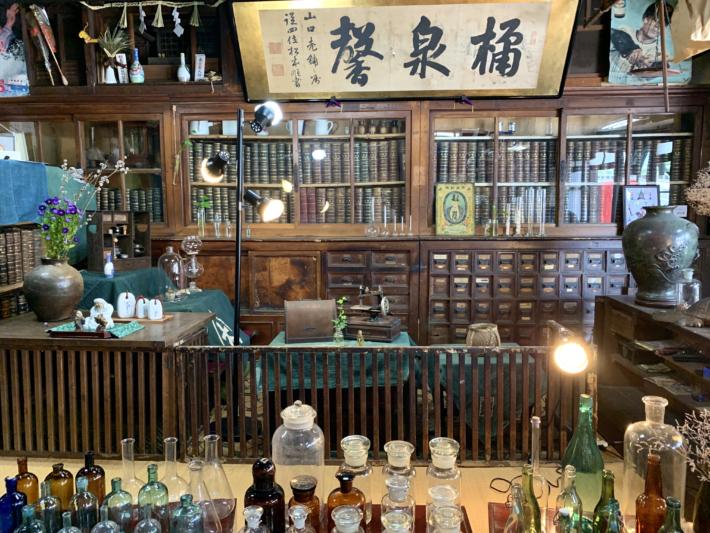 『山口薬局』店内に残る薬箪笥