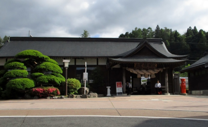 【社殿造りの木次線出雲横田駅】大きなしめ縄が架かった駅舎は珍しい