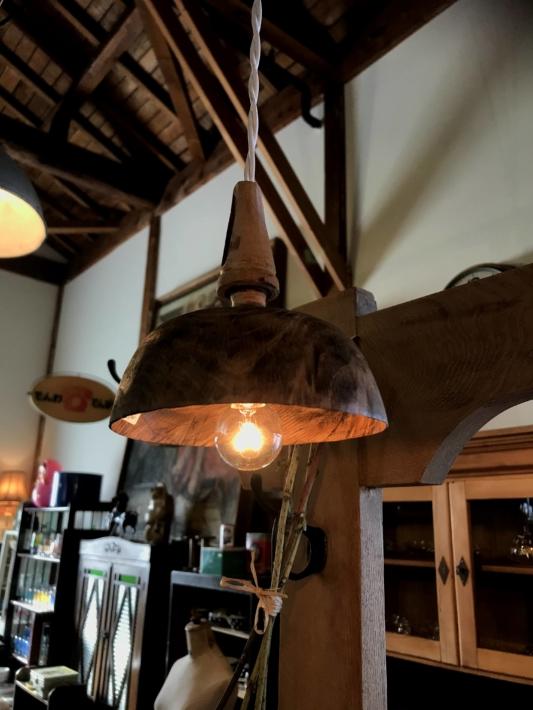 「チクタ」店内・漆器から漆を研ぎ除いた器で作られた照明