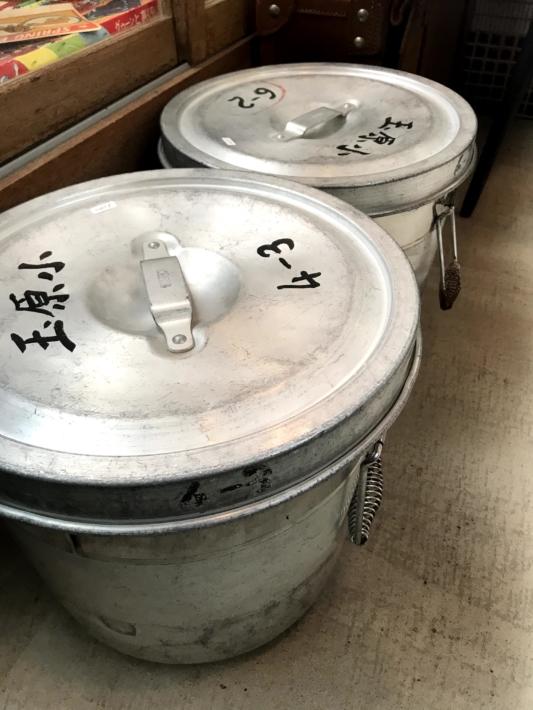 「チクタ」店内・懐かしい給食の汁食缶まで