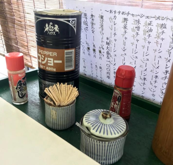 「新幹線ラーメン」机の上の小物