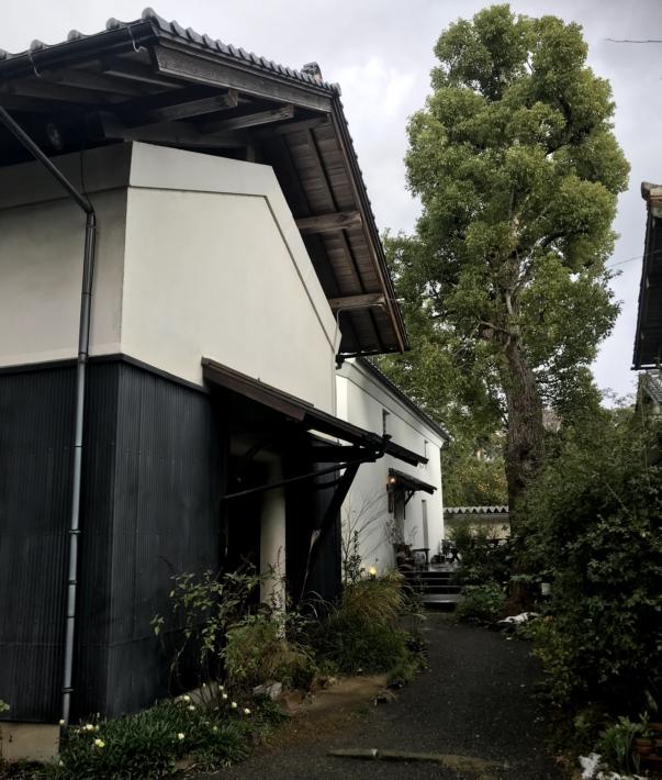 「蔵カフェ おもひで屋」外観。小道を進み左に曲がると入口がある