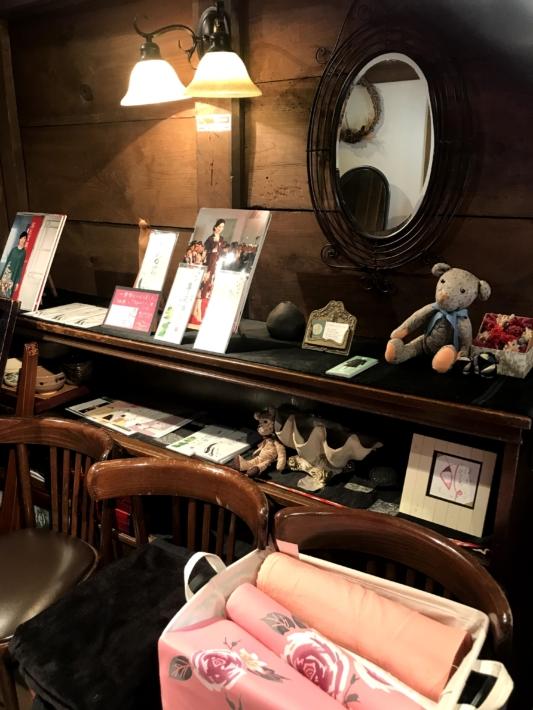 「おもひでArt」について紹介されている「蔵カフェ おもひで屋」店内の一角