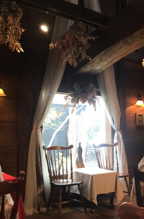 「蔵カフェ おもひで屋」店内。着物をリメイクしたカーテンが素敵