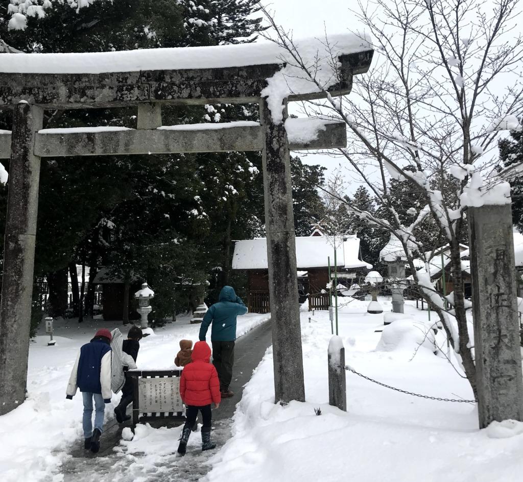 雪の中の須佐神社鳥居